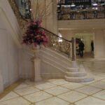 מדרגות וקירות אבן מפוסלים, פלז׳ה, מנהטן